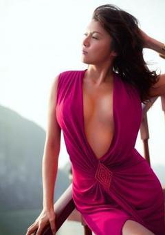 藤原紀香赤いセクシードレス姿を披露